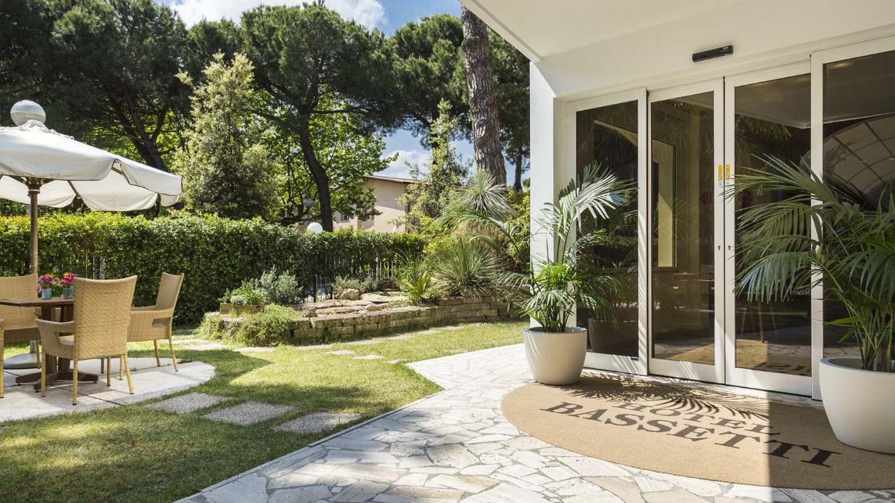 HotelBassetti-Pinarella-giardinoeingresso