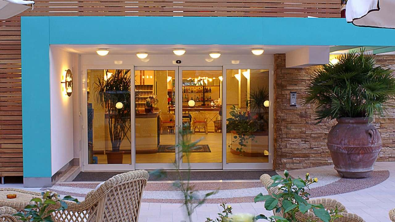 HotelCasali-Pinarella-ingressofronte
