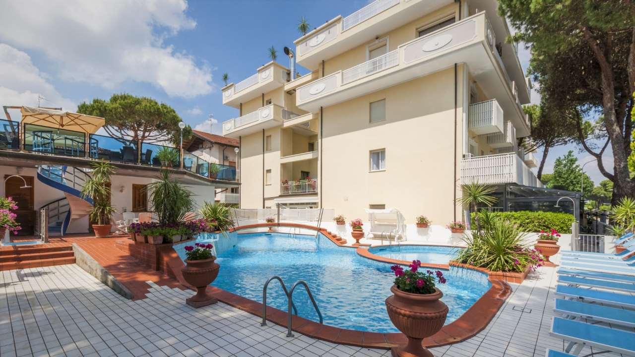 HotelDonatella-Pinarella-esternopiscina